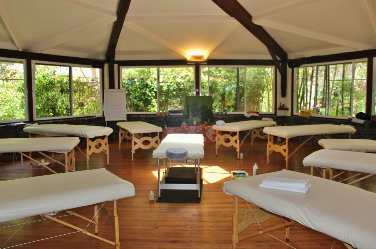 IMG_3727 - Massagetische aufgestellt im Pavillon. 490 KB